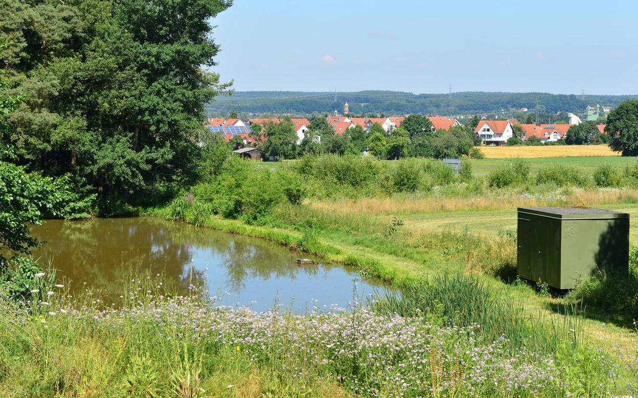 Von hier oben waren die Fluten nach Bubenreuth hinunter gerauscht. Der im Rahmen vom Bauabschnitt 1 des Bubenreuther Hochwasserschutzes gebaute Damm (vorn) verhindert das jetzt.