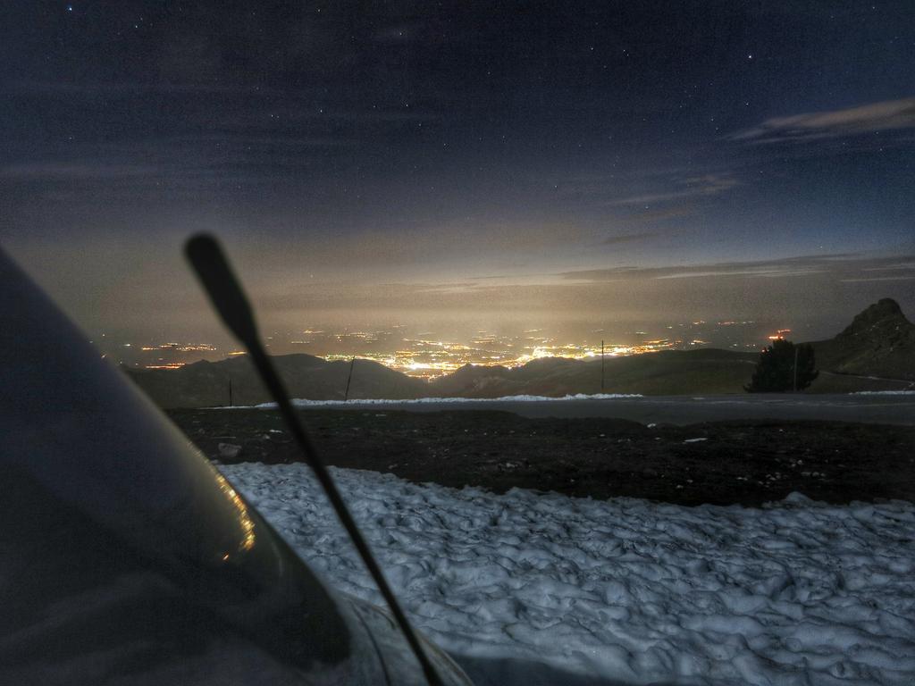 Noch im Mai steht man in der Sierra Nevada im Schnee. Unten leuchtet Granada aus der Ferne hinauf.
