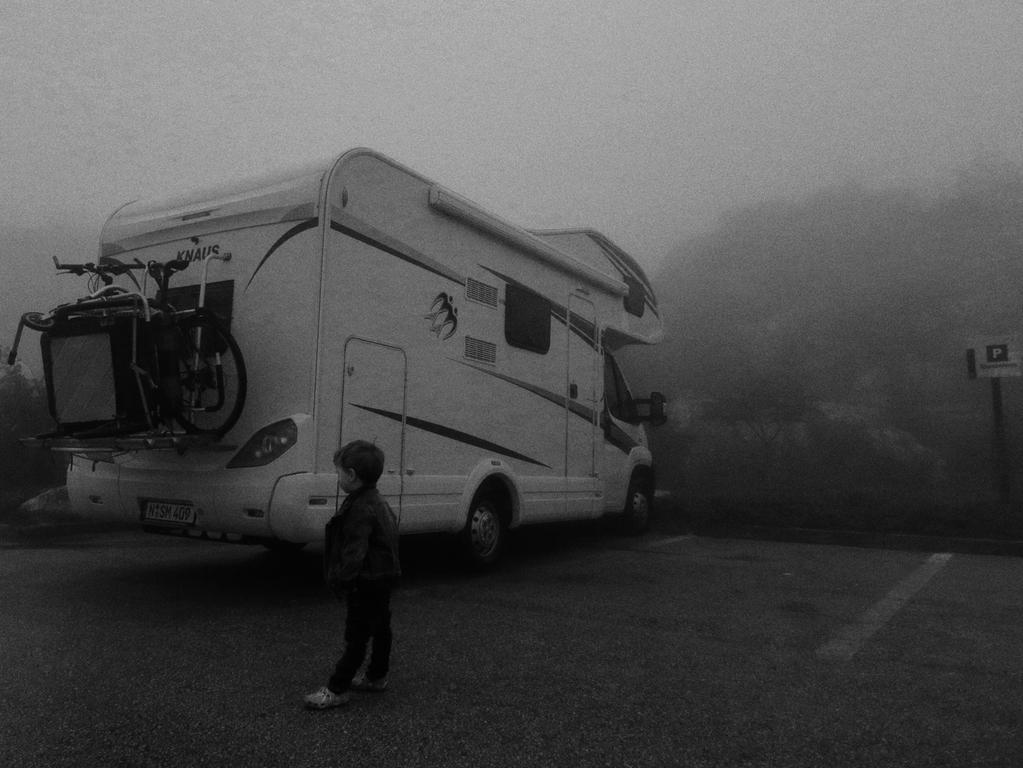 Im Gebirge bei Antequera ist das Wetter plötzlich schlecht geworden. Es ist neblig und Regen peitscht an den Aufbau. Im Wohnmobil ist es umso gemütlicher.