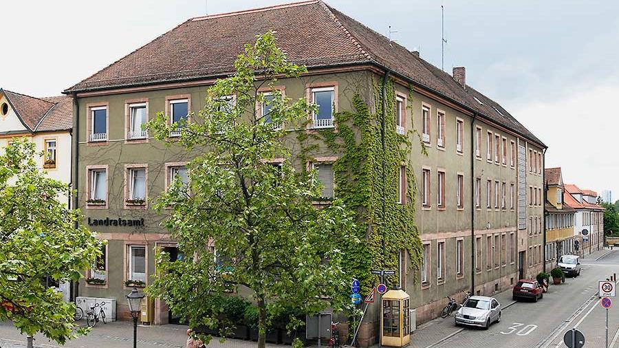 ERLANGEN - Hätte es noch eines Beweises bedurft, um zu zeigen, wie überfällig der Neubau eines Dienstgebäudes für das Landratsamt Erlangen-Höchstadt ist, die Kreistagssitzung am Freitag hat ihn ...