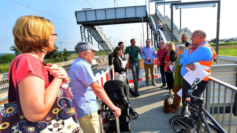Etwas ratlos wirkten die Diskussionsteilnehmer auf dem Bubenreuther Bahnhof angesichts der fehlenden Barrierefreiheit. Zu guter Letzt aber wurde eine Lösung gefunden, mit der die Fahrgäste besser informiert werden.
