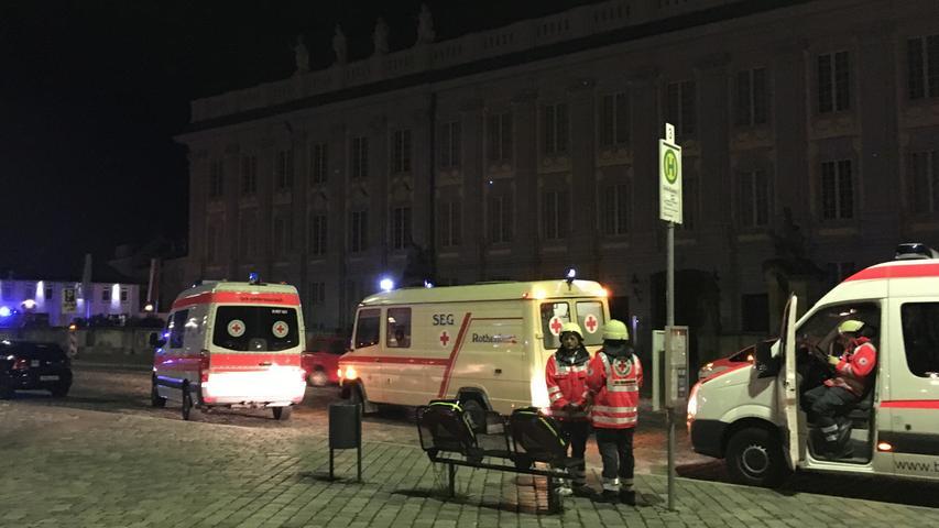 Es gibt zahlreiche Verletzte, die ersten Angaben schwanken noch stark. Später wird klar: 14 Verletzte, vier von ihnen schwer. Der Attentäter...