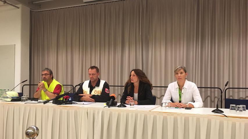 Wie die Ermittler im Beisein von Carda Seidel (2.v.r.), Oberbürgermeisterin der Stadt Ansbach, mitteilen, war der Mann vor etwa zwei Jahren nach Deutschland eingereist, sein Asylantrag wurde vor einem Jahr abgelehnt.