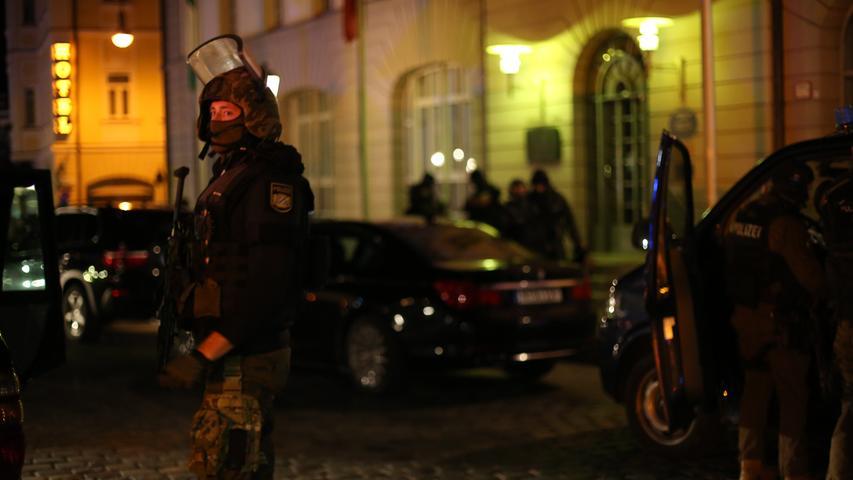 In Ansbach herrscht in dieser Nacht Ausnahmezustand. Eine Pressekonferenz wird auf 3 Uhr früh anberaumt, um Medienvertretern und der Öffentlichkeit einen ersten Überblick über die Lage in der Stadt zu geben.