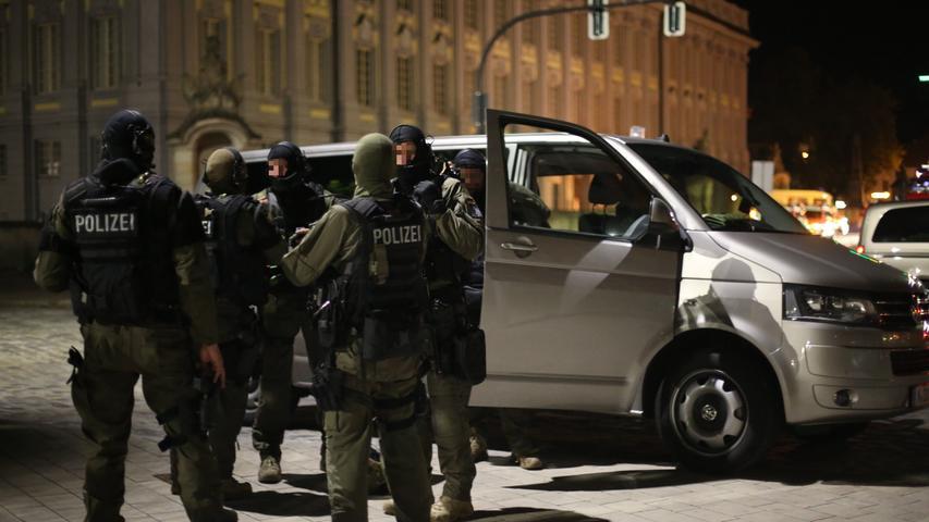 Ausnahmezustand am späten Sonntagabend in Ansbach: Vor einer Weinstube in der Pfarrstraße ist eine Detonation zu hören. Sofort eilen Einsatzkräfte...