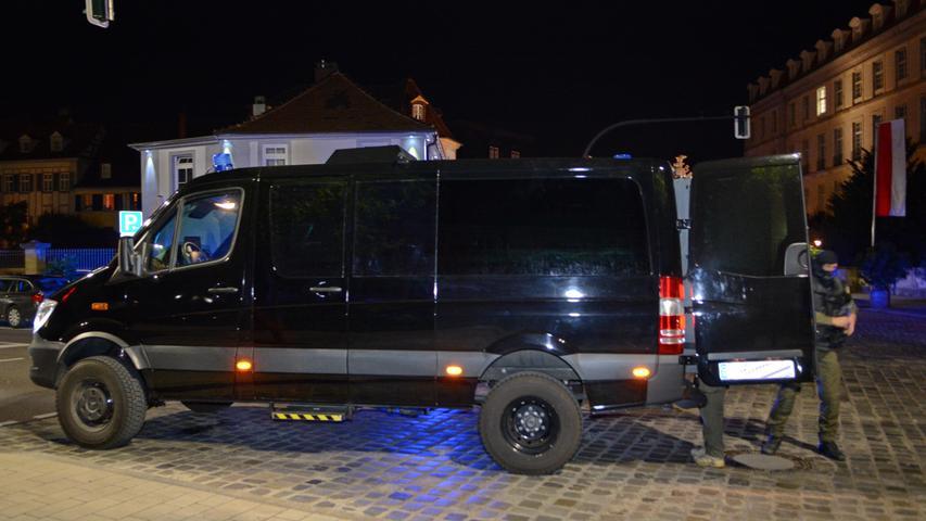 Es ist die dritte Bluttat in Bayern innerhalb einer Woche. Erst hatte ein afghanischer Flüchtling in einer Regionalbahn in Würzburg Menschen mit einer Axt angegriffen, dann war ein junger Mann in München Amok gelaufen. Neun Menschen starben dabei, viele wurden verletzt.