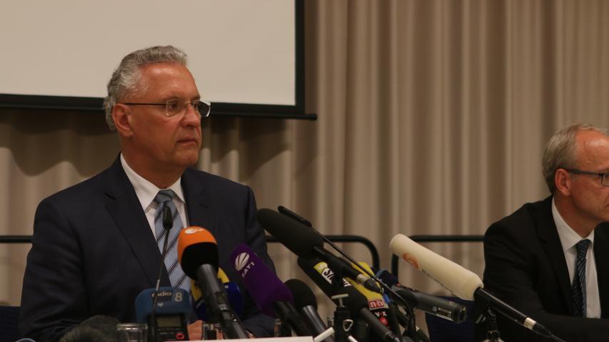 Bayerns Innenminister Joachim Herrmann ist inzwischen in der Stadt eingetroffen und spricht bei der Pressekonferenz von einem