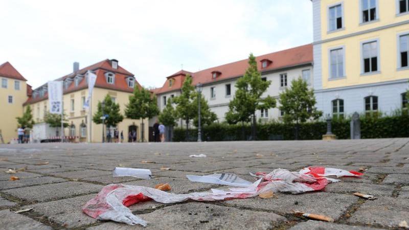 Absperrband liegt in Ansbach auf dem Pflaster im Hof der Residenz. Zwölf Menschen wurden bei dem Anschlag Ende Juli verletzt.