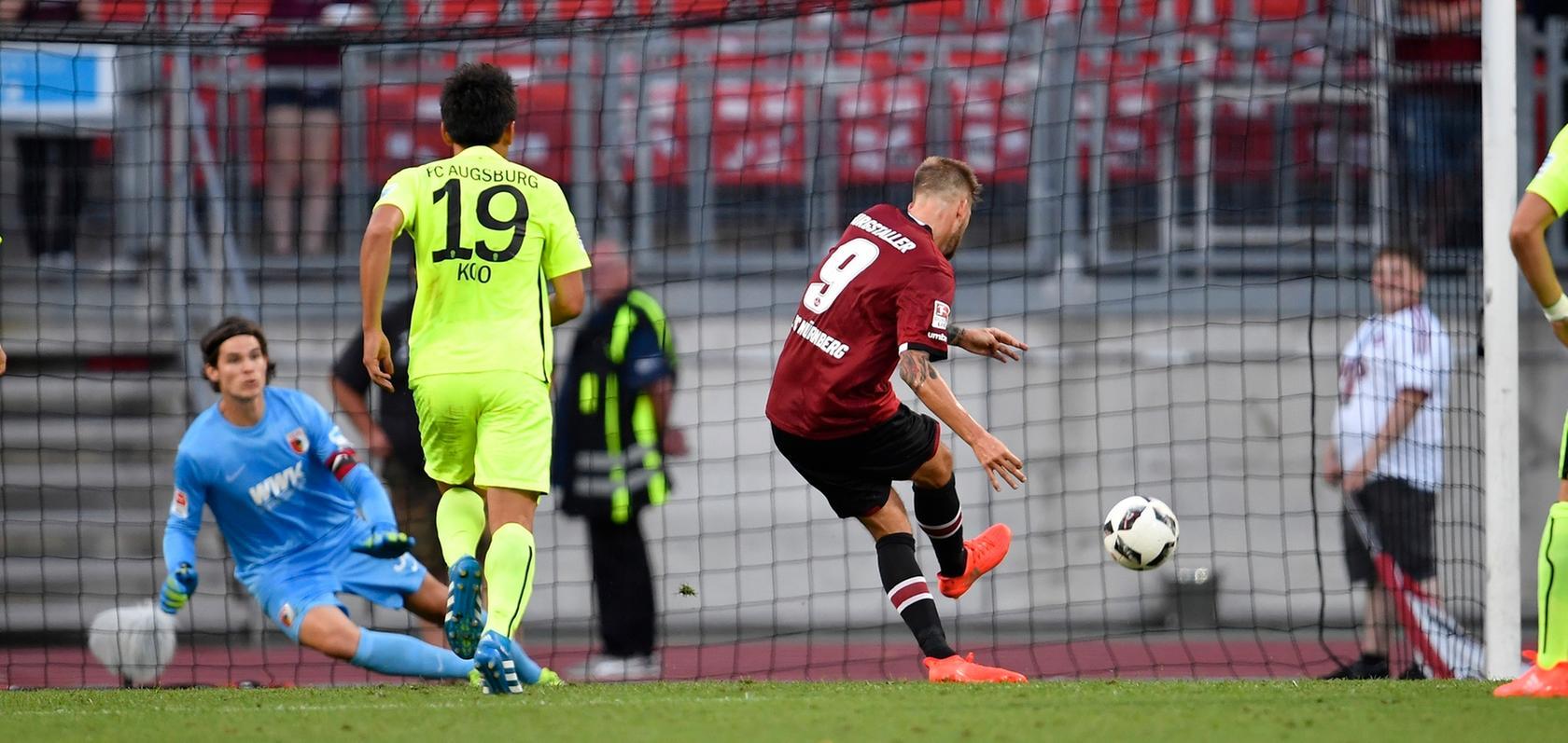 Der geht rein! Guido Burgstaller bleibt vom Punkt cool - das 2:1 gegen Augsburg.