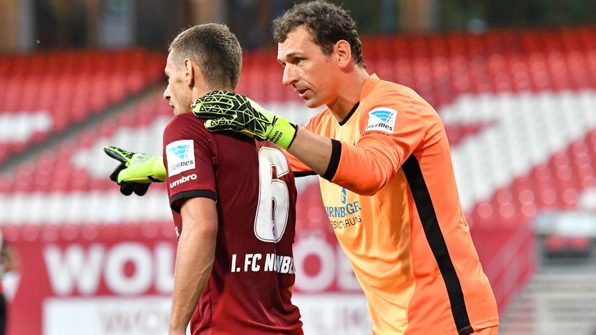 ...zu spät kamen, gab es immer noch Raphael Schäfer, der mit Routine, Reaktionsschnelligkeit und Rüffel-Know-How gefährliche Situationen für den Club bereinigte.