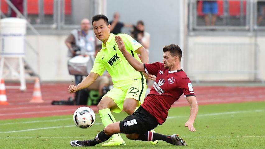 ...Enis Alushi, der als erst am Vortag verpflichteter Neu-Nürnberger bei seinem Debüt in der rot-schwarzen Anfangself in der Offensivzentrale einen eifrigen und...
