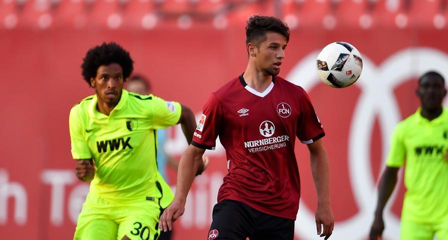 Mit zehnminütiger Verspätung, der FCA-Tross hatte zuvor im Stau gestanden, ging's los. Mit dem jungen Lukas Mühl, den Schwartz im defensiven Mittelfeld ebenso überraschend in die Startformation beorderte wie...