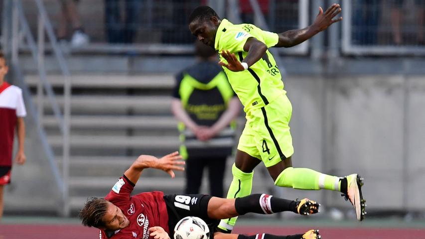 Augsburgs Daniel Opare brachte den knapp zehn Minuten zuvor eingewechselten Rurik Gislason im Sechzehner zu Fall,...