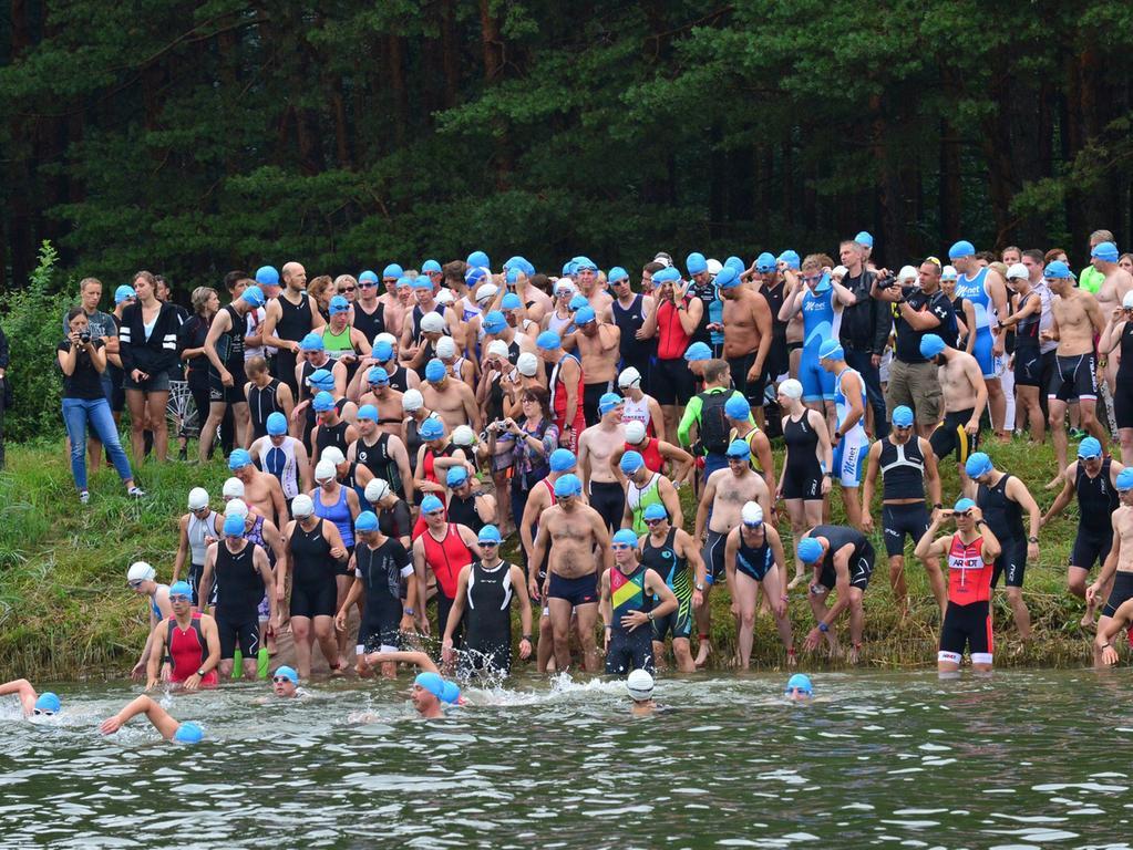 Rund 800 Teilnehmerinnen und Teilnehmer sind beim Erlanger M-net Triathlon des TV1848 Erlangen dabei gewesen. Schwimmstart Kurztriathlon..Foto: Klaus-Dieter Schreiter.
