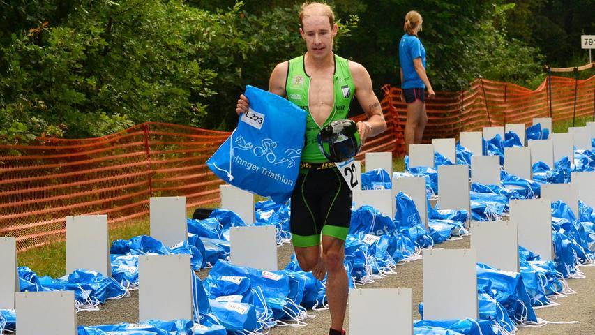Rund 800 Teilnehmerinnen und Teilnehmer sind beim Erlanger M-net Triathlon des TV1848 Erlangen dabei gewesen. Als erster vom Rad zum laufen: Tobias Heining..Foto: Klaus-Dieter Schreiter.
