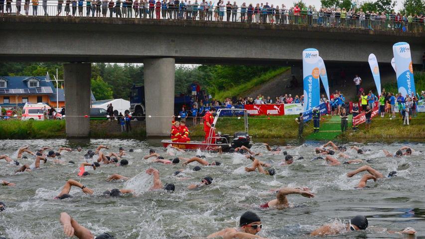 Rund 800 Teilnehmerinnen und Teilnehmer sind beim Erlanger M-net Triathlon des TV1848 Erlangen dabei gewesen. Schwimmstart Mitteltriathlon Gruppe zwei..Foto: Klaus-Dieter Schreiter.