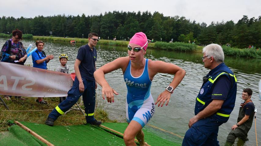 Rund 800 Teilnehmerinnen und Teilnehmer sind beim Erlanger M-net Triathlon des TV1848 Erlangen dabei gewesen. Als erste Frau kommt Lena Gottwald aus dem Wasser..Foto: Klaus-Dieter Schreiter.