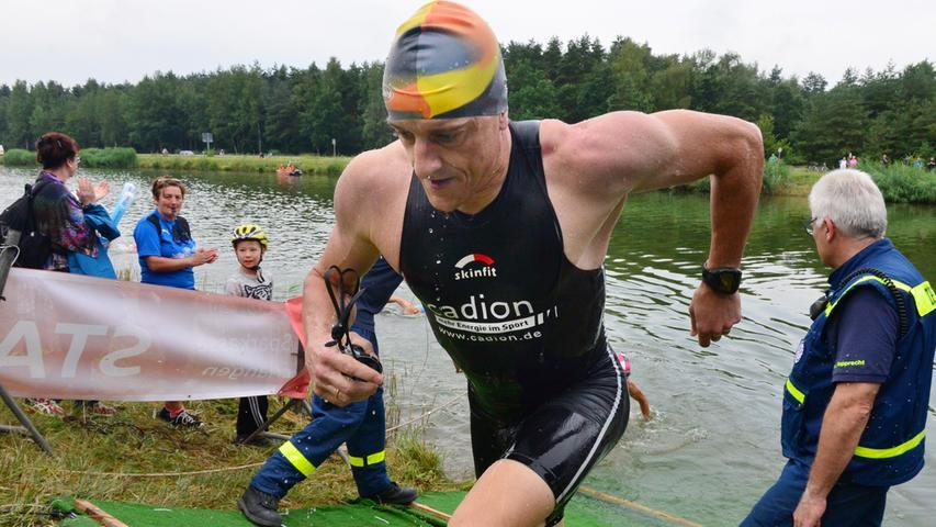 Rund 800 Teilnehmerinnen und Teilnehmer sind beim Erlanger M-net Triathlon des TV1848 Erlangen dabei gewesen. Als zweiter aus dem Wasser kommt Markus Schattner..Foto: Klaus-Dieter Schreiter.