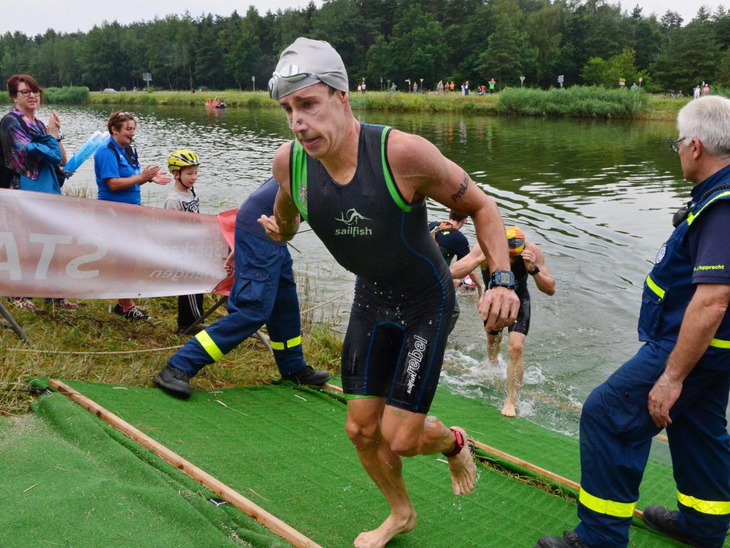 Rund 800 Teilnehmerinnen und Teilnehmer sind beim Erlanger M-net Triathlon des TV1848 Erlangen dabei gewesen. Als erste aus dem Wasser kommt Tobias Heining, dahinter Markus Schattner..Foto: Klaus-Dieter Schreiter.