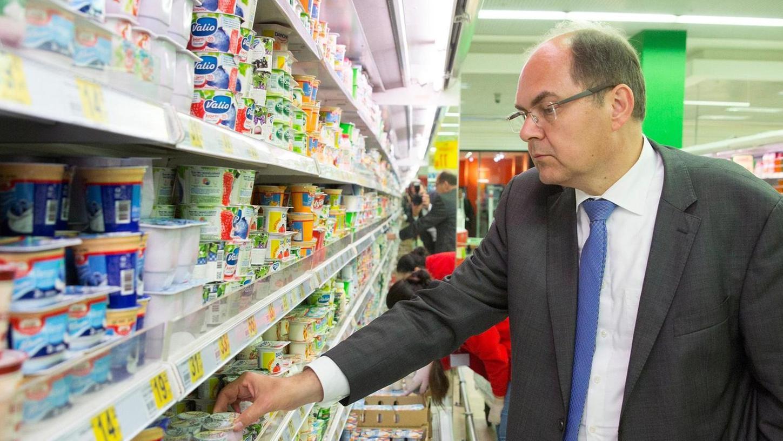 """""""Wir brauchen keine Beipackzettel"""": Landwirtschaftsminister Christian Schmidt, hier in einem Supermarkt während einer Moskau-Reise."""
