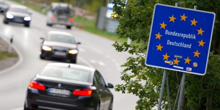Viele denken bei Europa nur an wuchernde Bürokratie und hohe Zahlungen an Brüssel, doch das ist nur die halbe Wahrheit. Es gibt eine Reihe von Vorteilen, die wir der EU verdanken. Wie zum Beispiel: offene Grenzen. Früher gab es bei Reisen selbst in Nachbarländer wie Österreich und Frankreich Grenzkontrollen, oft verbunden mit Wartezeiten. Mit dem Schengener Abkommen sind die offenen Grenzen in der EU Wirklichkeit geworden. Dass im Zuge der verstärkten Zuwanderung durch Flüchtlinge einige Grenzen wieder dichtgemacht wurden, ist sehr wahrscheinlich kein Dauerzustand.