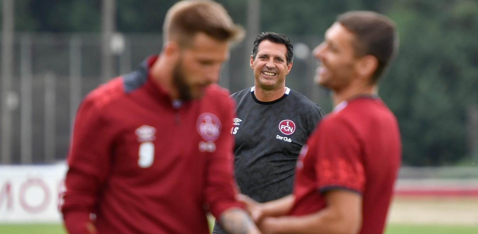 Alois Schwartz hat Spaß beim Club. Gute Laune sollen die FCN-Fans auch in Dresden haben.