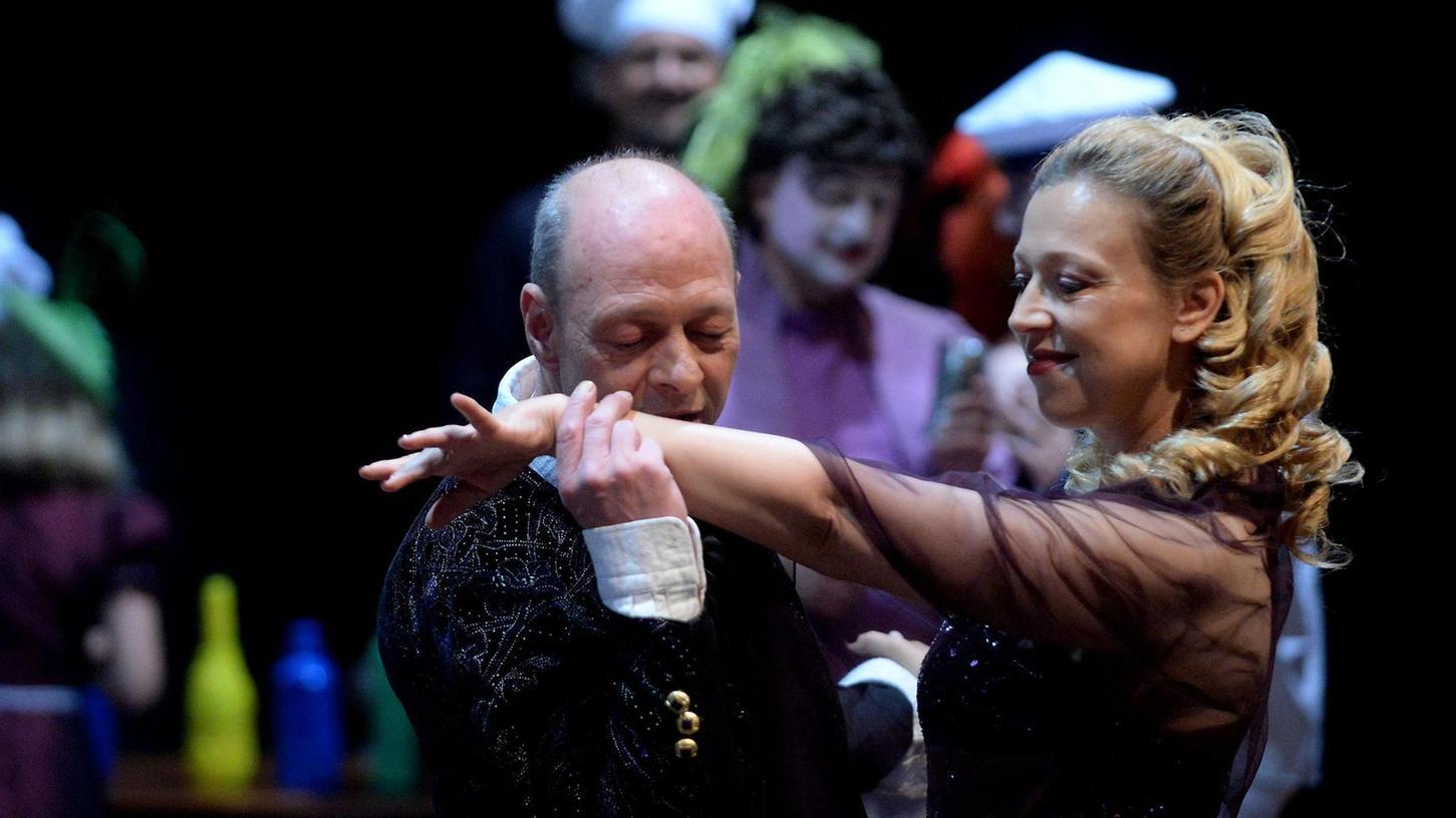 Die berühmteste Geliebte der Theatergeschichte hat zwar nur 50 Verszeilen, hinterlässt jedoch bleibende Wirkung auf und vor der Bühne: Tatjana Grumbach als Buhlschaft beim Anbandeln mit Bagaasch-Jedermann Uwe Weiherer.