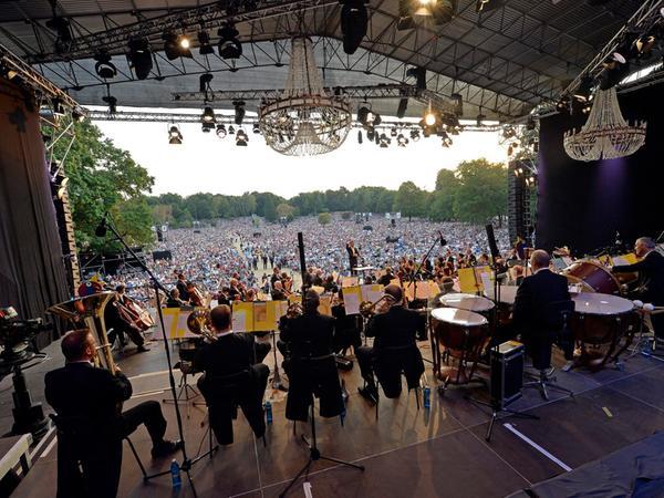 DATUM: 09.08.2015..RESSORT: Lokales Feuilleton Online..FOTO: Horst Linke  ..MOTIV: Zweites Classic Open Air im Luitpoldhain..mit den Symphonikern, Bühne
