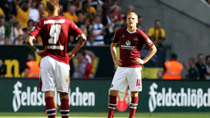 Der Blick geht ins Leere: Hanno Behrens mag nicht glauben, dass sein Club kurz vor Abfpiff den sicher geglaubten Sieg noch aus der Hand gegeben hat. Dabei hatte es doch lange Zeit so gut ausgesehen. Aber der Reihe nach: Hier sind die Bilder des Spiels.