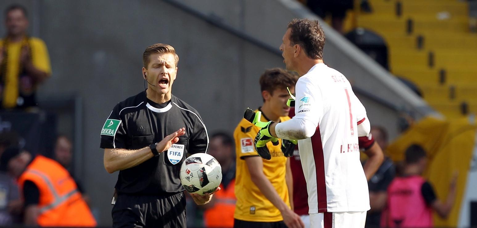 Gewohnt impulsiv: Raphael Schäfer beschwerte sich bei Schiedsrichter Tobias Welz über die Länge der Nachspielzeit.