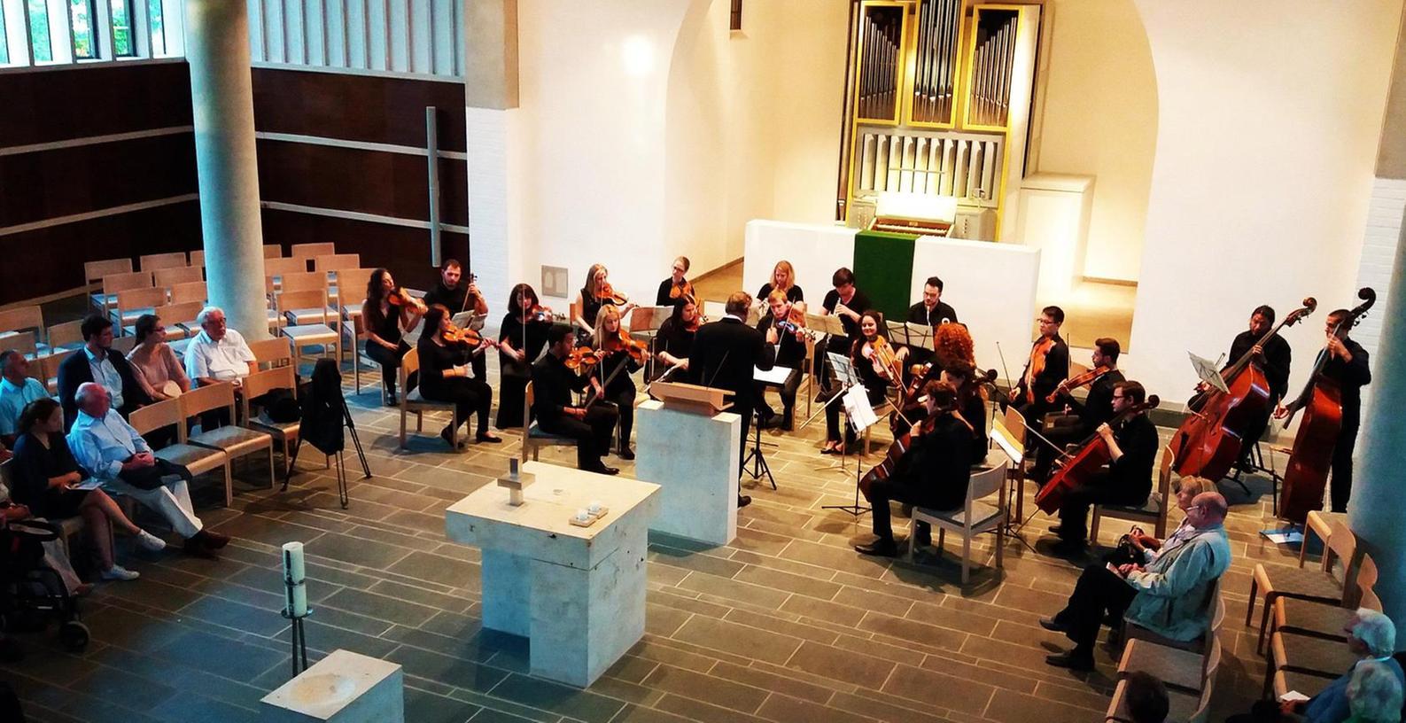 Zum Abschluss der Herzogenauracher Orgeltage ließ Gerald Fink die Orgel in der evangelischen Kirche erklingen, dazu spielte ein Kammerorchester des Collegium Musicum unter der Leitung von Dankwart Schmidt.