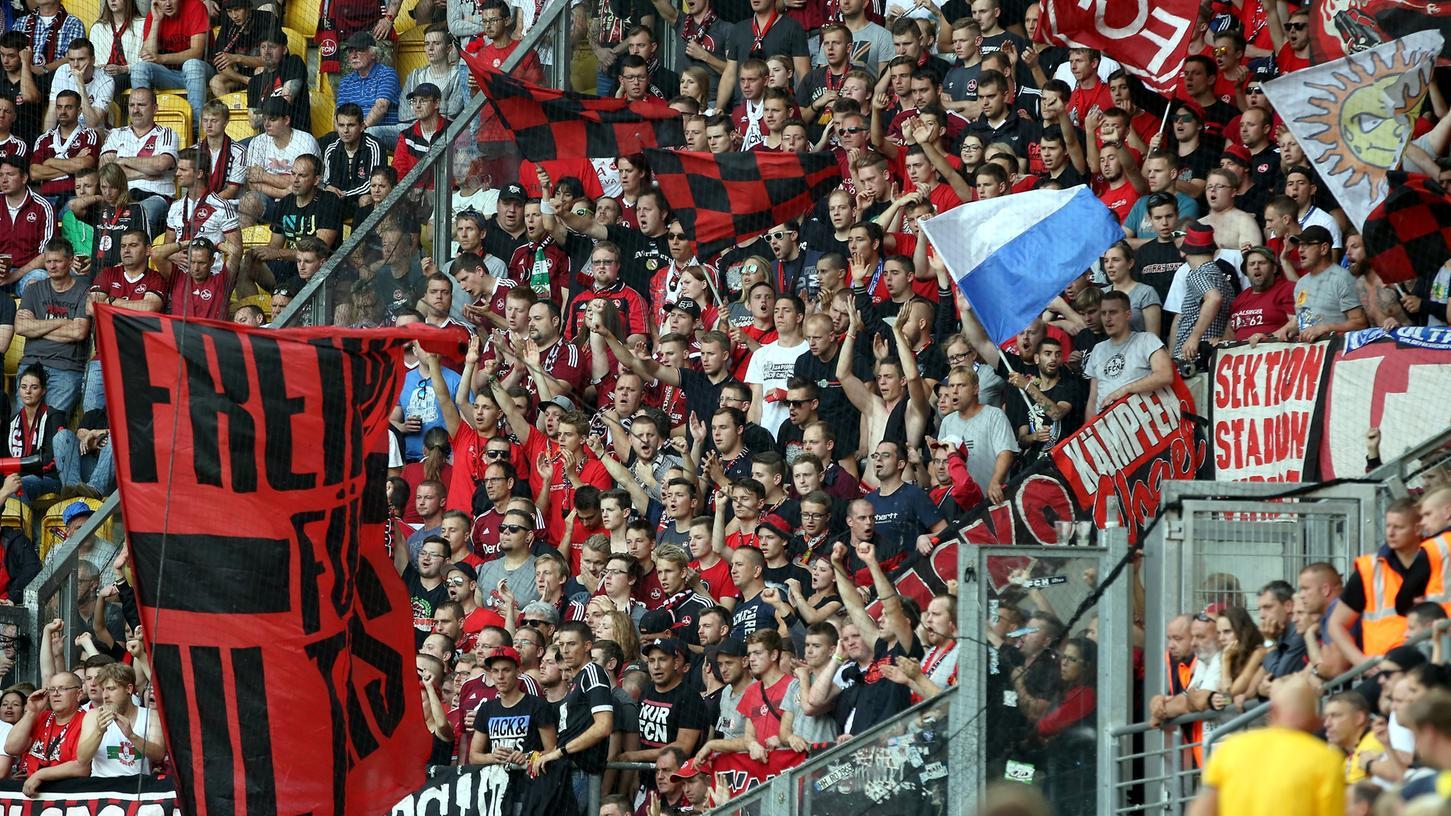 Der Gästeblock im Dresdner DDV-Stadion: komplett ausverkauft. Dennoch blieb es rund um die Partie ruhig.