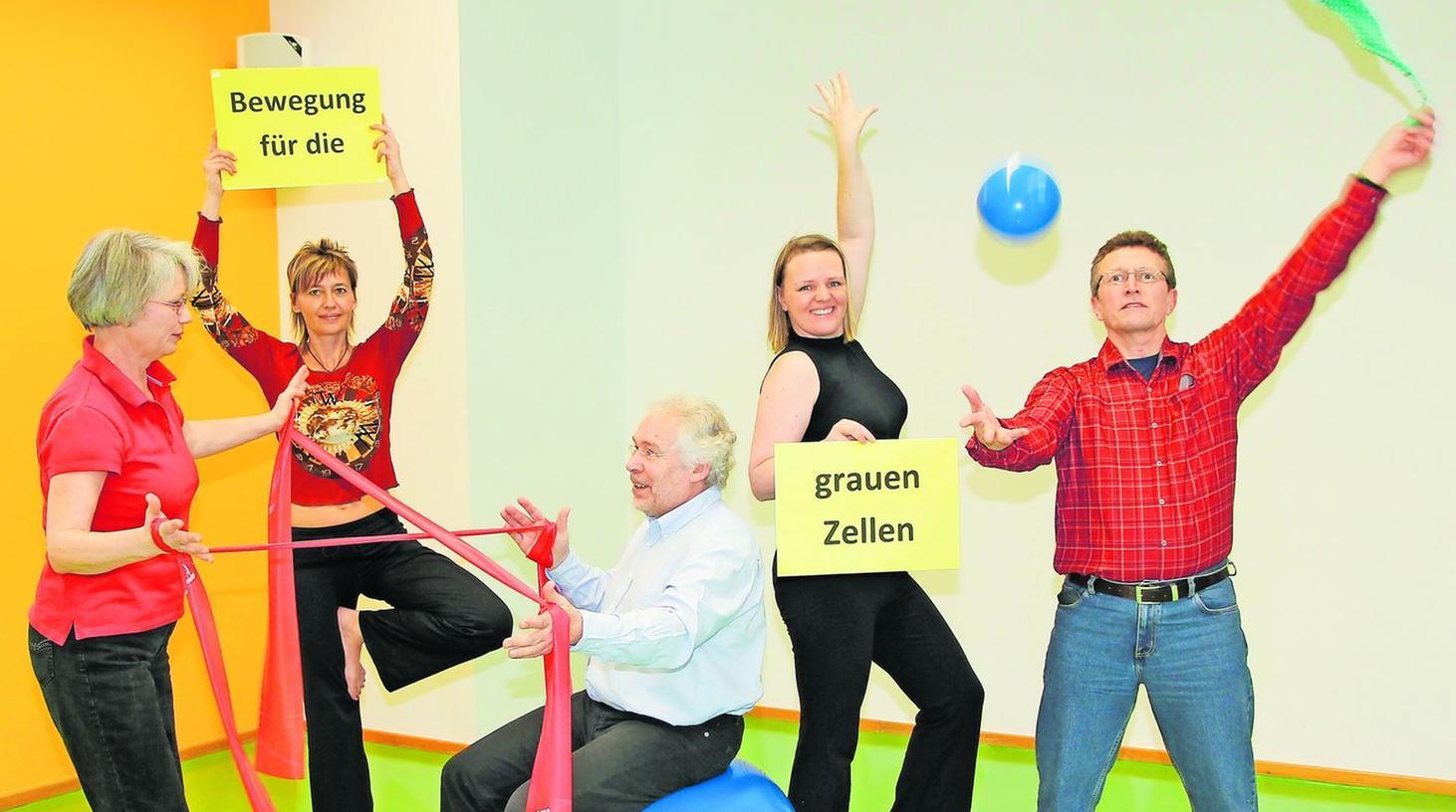 Psychotherapeutin Susanne Hindenberg (v. li.), Yogalehrerin Katrin Rößler, Sportwissenschaftlerin Claudia Böschel und Psychologe Reinhard März demonstrieren mit einem Probanden das breite Trainingsspektrum.
