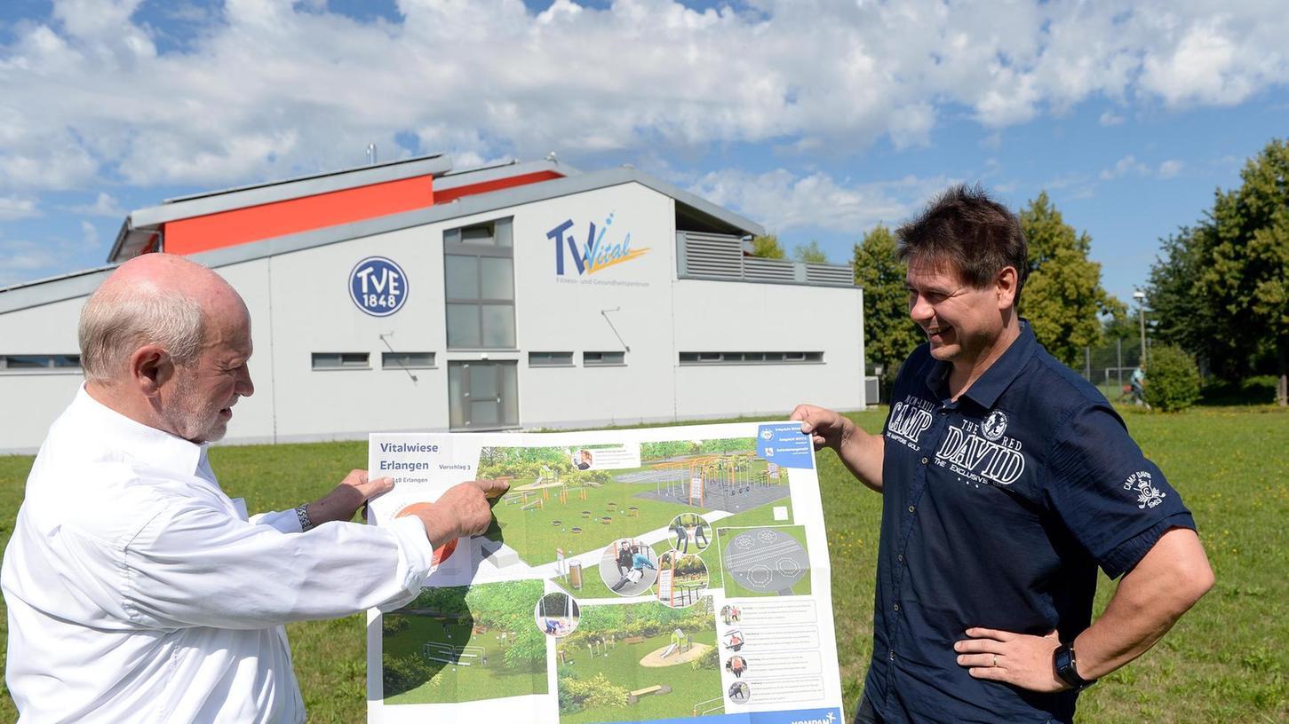 Auf dem Gelände direkt neben dem TV-Vital soll der öffentliche Bewegungspark des TV 48 entstehen. Präsident Wolfgang Beck (li.) und Geschäftsführer Jörg Bergner zeigen, wo die Geräte und Bewegungsflächen für die Sportler jeden Alters hinkommen.
