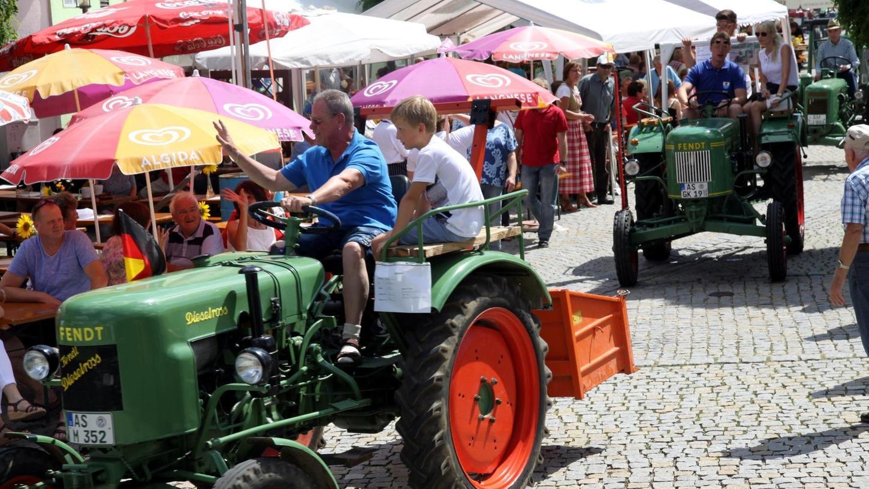 Bei ihrer Schlepper-Parade über den Marktplatz vermittelten die Oldtimer-Freunde den Festbesuchern ihre Freude an diesem nicht alltäglichen Hobby.