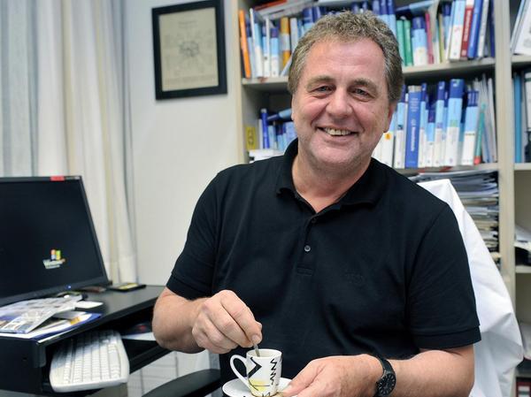 Ein guter Espresso kann Prof. Frank Erbguth durchaus zu einer kurzen Pause verleiten
