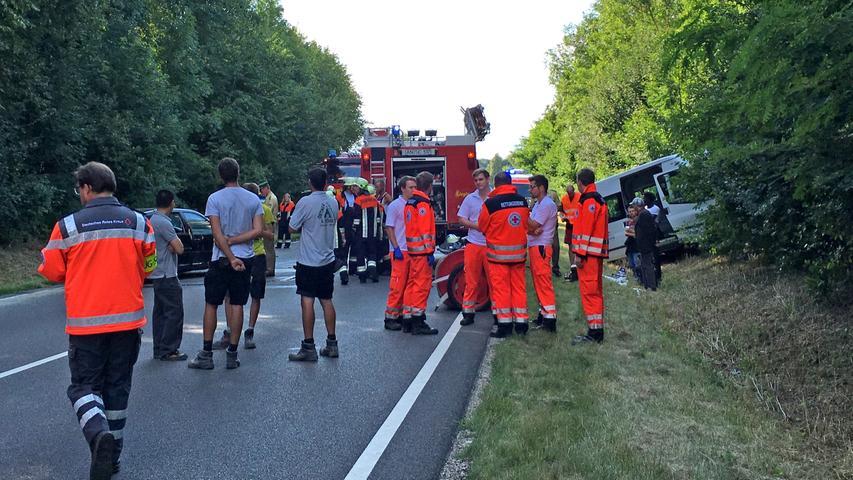 Zu einem schweren Verkehrsunfall kam es am fruehen Montagabend (08.08.2016) auf der B13 auf Hoehe von Weidenbach (Lkr. Ansbach). Ein bislang unbekannter Autofahrer ueberholte eine Kolonne von Fahrzeugen und zwang den Gegenverkehr zu einer Vollbremsung. Mehrere Autos fuhren aufeinander. Ein Golf Fahrer verriss das Lenkrad und prallte im Gegenverkehr frontal mit einem Bus der Diakonie zusammen, der mit acht Personen besetzt war. Der Bus fuhr im Anschluss in den Graben. Saemtliche Insassen zogen sich hier leichte Verletzungen zu. Zudem verletzte sich eine weitere Person, vermutlich der Golf-Fahrer, schwer. Der Unfallverursacher, der mit seinem Ueberholmanoever das Unglueck ausloeste, ist fluechtig. Die B13 ist derzeit voll gesperrt. Der Rettungsdienst ist mit einem Grossaufgebot im Einsatz. Foto: NEWS5 / Frohna