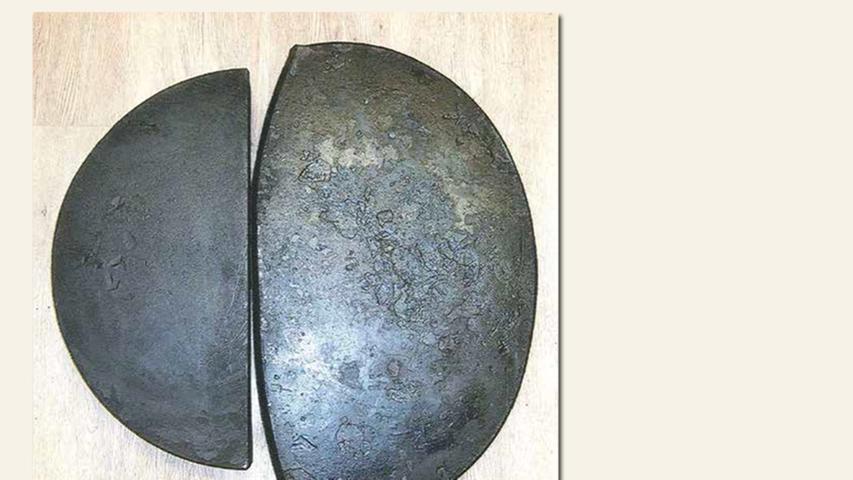 geb. 1941 in Nürnberg lebt in Nürnberg Die Hälfte der geteilten Rounde, zur halben Material-Stärke geschmiedet (2015) ca. 8 x 62 x 62 cm, je 60 kg Eisen