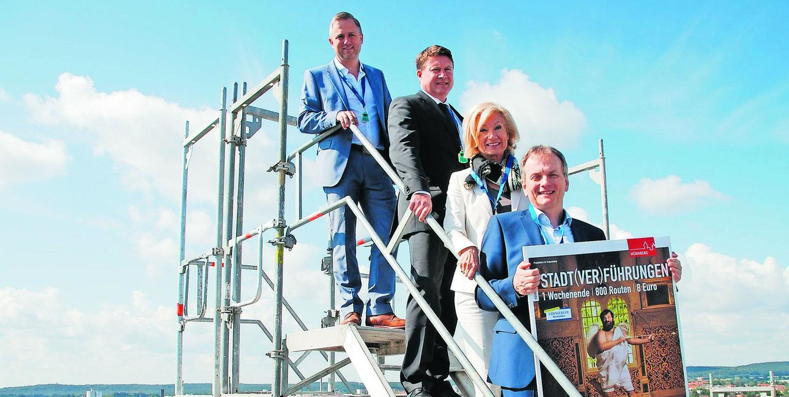 """Wolkige Programmpräsentation: Auf dem """"Sonnenturm"""" wollen Hannes B. Ehrhardt (Geschäftsführer ESW), Dirk Helmbrecht (Vorstandschef VR Bank Nürnberg), Julia Lehner (Kulturreferentin Nürnberg) und Horst Müller (Wirtschaftsreferent Fürth, von links) hoch hinaus."""