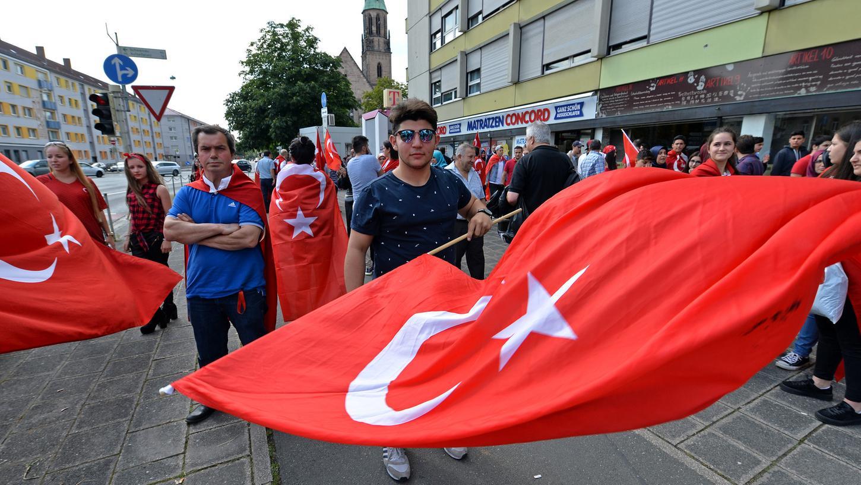 Rote Fahnen vor dem türkischen Konsulat in Nürnberg: Demonstranten bezeugen ihre Unterstützung für Präsident Erdogan nach dem Putschversuch.