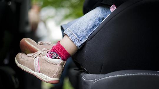 Polizei bricht Wagen auf: Kind bei Hitze in Auto - Von Eltern fehlt jede Spur