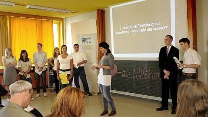 Der Demokratie auf der Spur: Berufsschüler der B4 befragten Gleichaltrige zu ihrem Interesse an Politik - und präsentierten die Ergebnisse Mitschülern und Lehrbetrieben.