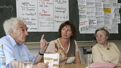 Max Mannheimer, Sozialpädagogin Silvia Ferstl und Eva Rößner (v. li.) in der Volksschule in Kirchehrenbach.