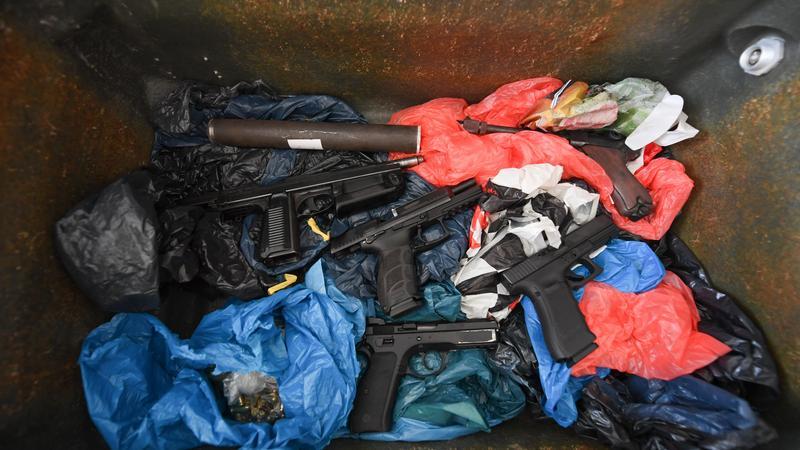 Ermittler haben am Dienstag in Marburg einen Mann und seine Freundin festgenommen, die dem Amokschützen von München die Waffe verkauft haben sollen. Dabei stellte sich heraus, dass der 31-Jährige noch mehr Waffen versteckte.
