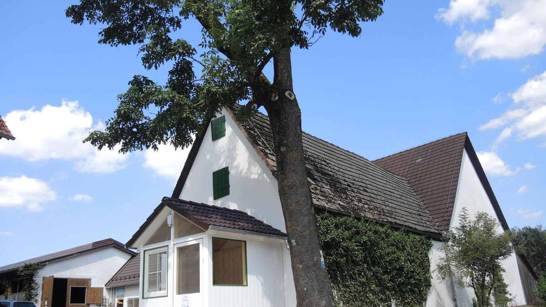 Der Weg vom Kuhstall (links) zur neuen Milchtheke ist nicht weit. Ab nächsten Freitag soll es in dem kleinen Holzhäuschen auf dem Hof von Jürgen Kalb in Bernheck täglich frische Rohmilch zu kaufen geben — rund um die Uhr.