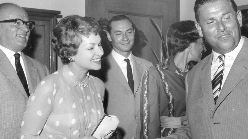 Karl O. Hierl (links), der damalige Direktor des Phoebus-Palastes begrüßt 1953 den Nürnbergs Oberbürgermeister Andreas Urschlechter vor einer Aufführung.