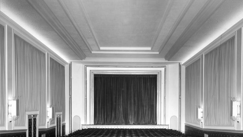 Der 32 x 16 Meter große Zuschauerraum war in Gold, Grün und Creme gehalten. Die Wände wurden zum Teil mit hellem imprägniertem Stoff bespannt oder mit gepolsterten Verkleidungen versehen, um die Akustik zu verbessern.