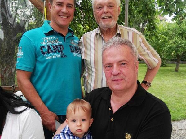 In Familienhand: Schädlingsbekämpfer Michael Bischoff mit Enkel Fabio (1 Jahr), seinem Sohn Danilo, der bereits in der Firma arbeitet, und Vater Manfred.