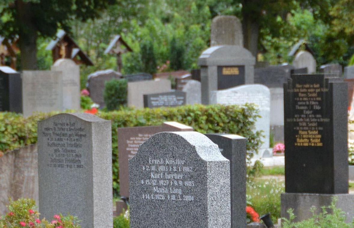 Vorsicht Steinschlag: Wenn auf dem Fürther Friedhof Grabmale wackeln, nimmt es die Verwaltung ganz genau.