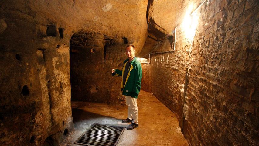 Die Gänge führen tief hinein in den Nürnberger Burgberg. Ein Gitter verschließt eine tieferliegende Kammer, in der einst das legendäre Bernsteinzimmer vermutet wurde. Wir haben uns in den historischen Kunstbunker gewagt.